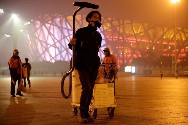 Китайский художник 100 дней пылесосил воздух Пекина, чтобы создать из смога кирпич (6 фото)