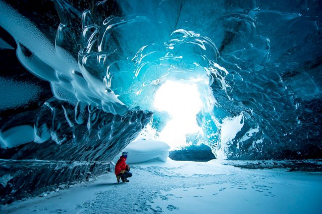 Исследуя ледяные пещеры Исландии (фото дня)