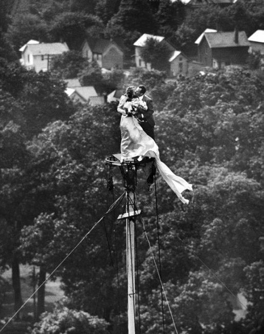 Свадебная фотография на высоте 54 метра (2 фото)