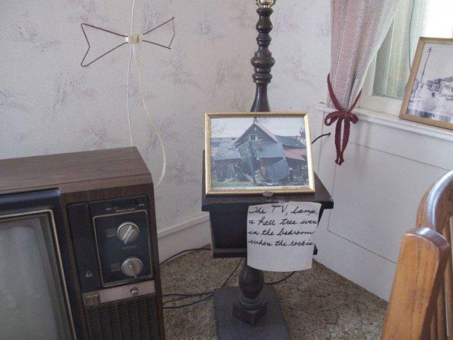 Дом, в который попал валун, стал популярной экспозицией для туристов (9 фото)