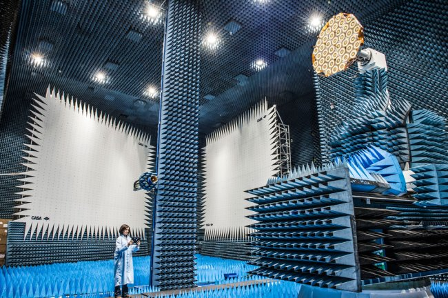 Помещение, в котором тестируют спутники (фото дня)