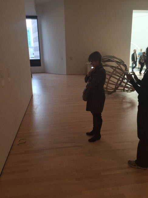 Парень положил очки на пол в музее и все подумали, что это экспозиция