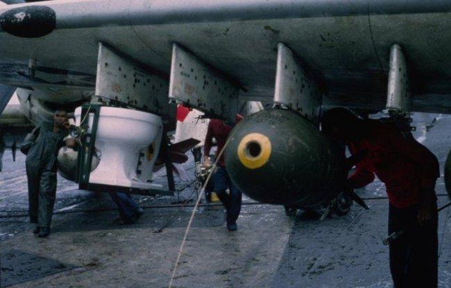 Самая необычная в мире авиабомба (4 фото)