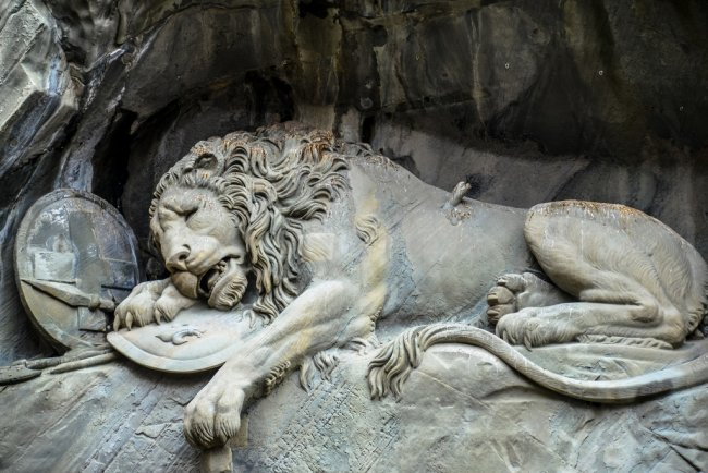 "Скульптура ""Умирающий лев "" (фото дня)"