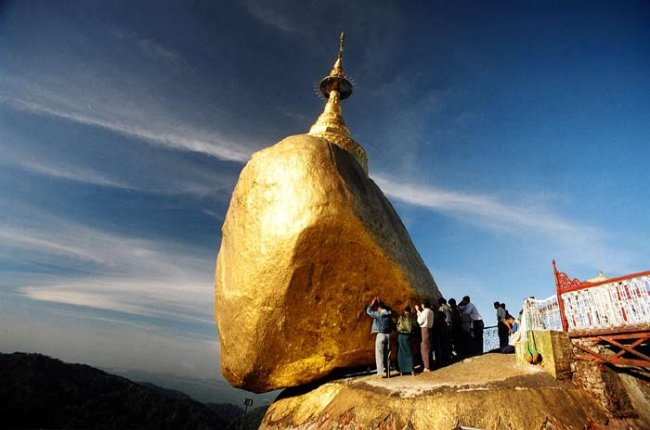 Над пропастью: «Золотой камень» в Мьянме (3 фото)