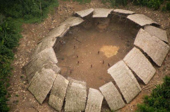 Племя, которое никогда не видело цивилизации (4 фото)