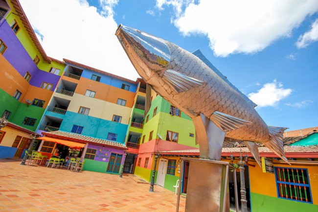 Яркий город Колумбии - Гуатапе (9 фото)