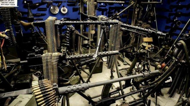Мел Бернштайн — владелец самой большой коллекции оружия (14 фото)