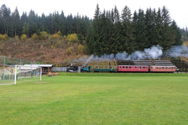 Авто - факт: в Словакии через футбольный стадион  проложена настоящая железная дорога