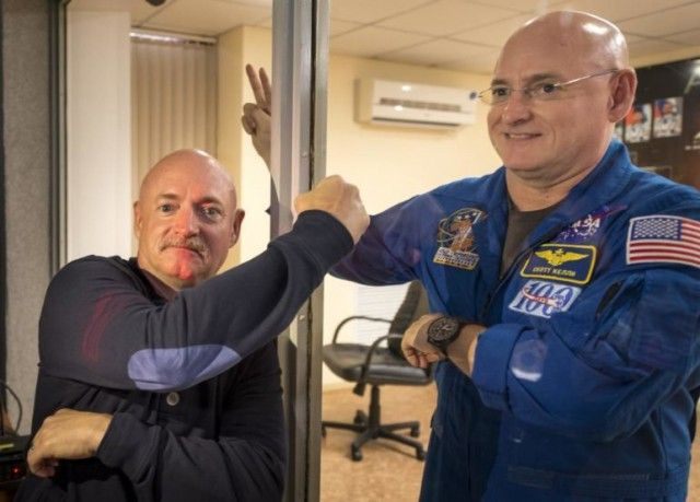 Братья-близнецы, один из которых побывал в космосе (4 фото)