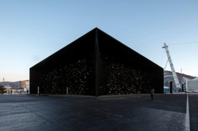 В Пхёнчхане построили самое черное в мире здание (9 фото)