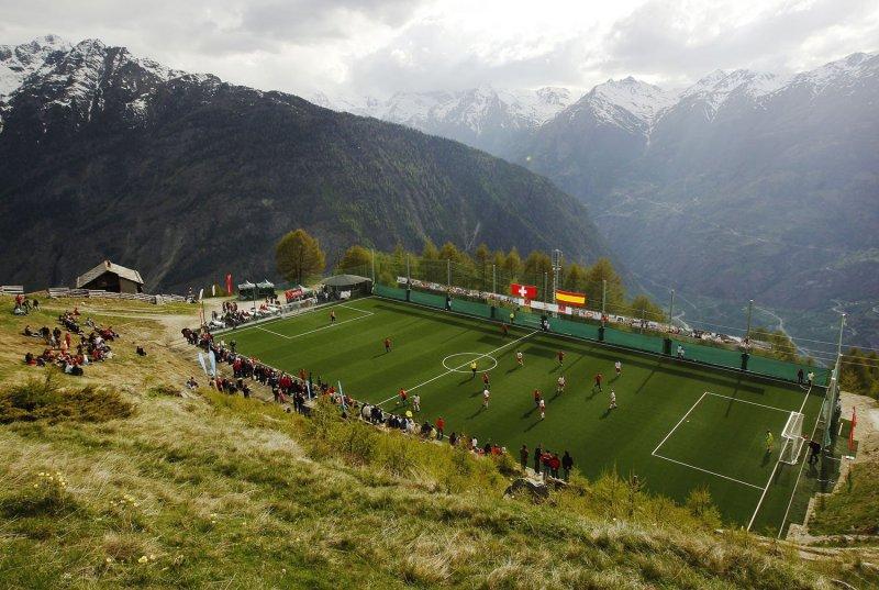 Необычные футбольные поля по всему миру