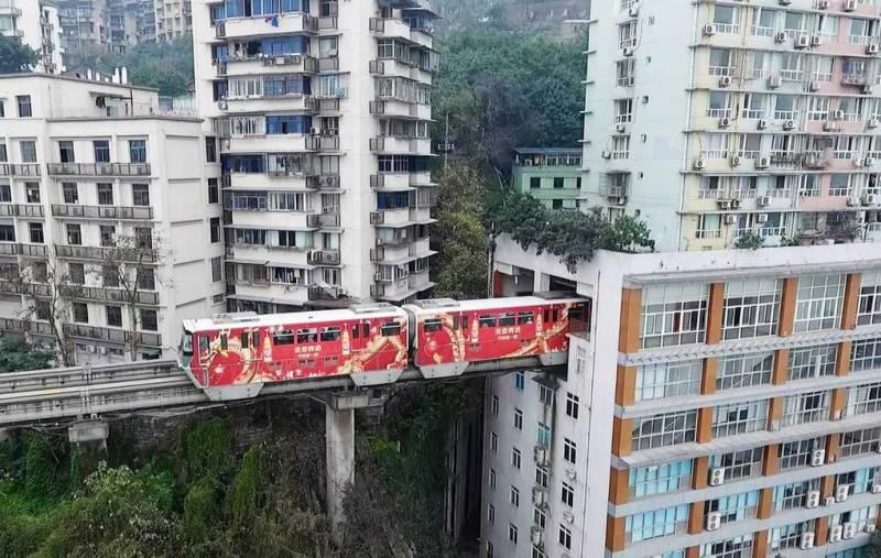Поезд, который проезжает сквозь жилой дом
