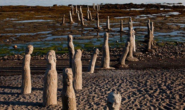 более сотни человеческих скульптур на пляже реки Сент-Лоренс