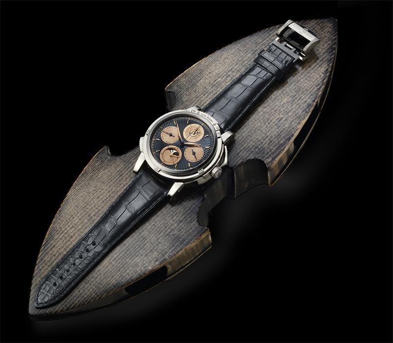 Выпущенные под брендом jaeger-lecoultre, который является частью joaillene manchette, эти часы сделаны в виде браслета.