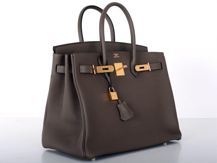 6141ebb5f6c1 Одна из версий происхождения сумки утверждает, что однажды икона стиля и  звезда 80-х годов Джейн Биркин стала попутчицей ...
