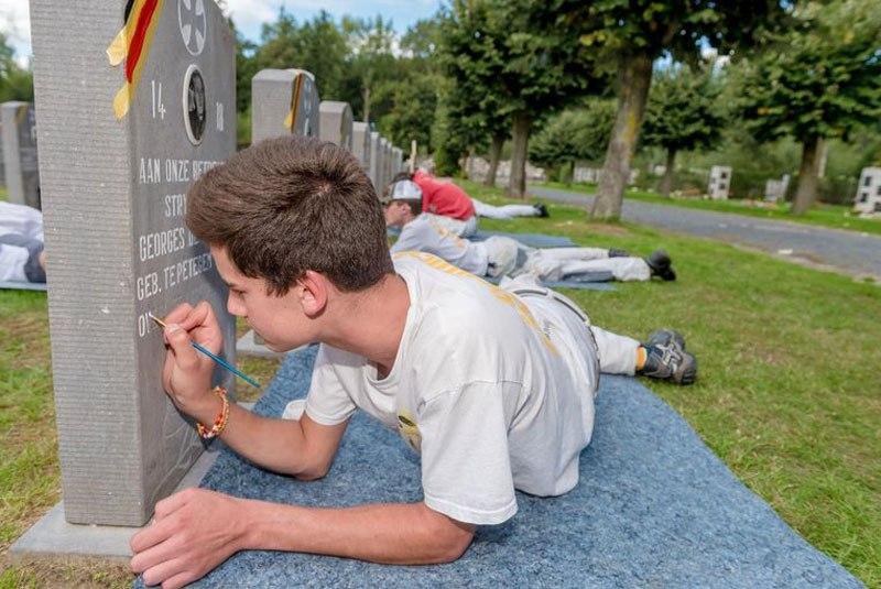 В годовщину 100-летия окончания первой мировой войны подростки реставрируют могилы ветеранов  (фото дня)