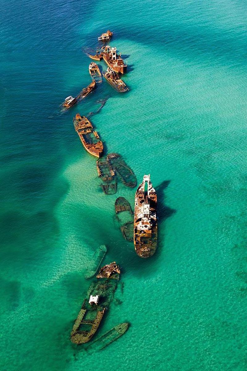 Корабли на мели в Бермудском треугольнике (фото дня)