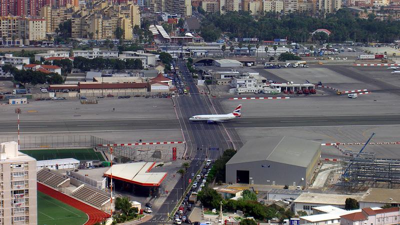 Аэропорт Гибралтара - взлётную полосу пересекает дорога! (фото дня)