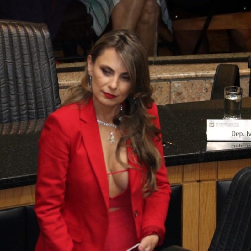 Девушка-политик удивила глубоким декольте (3 фото)