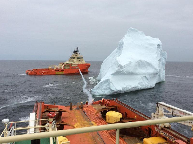 Как моряки ловят дрейфующие айсберги (фото дня)