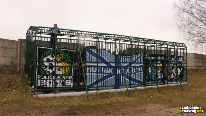 В Польше на футбольном матче зрители сидели в клетках (3 фото)
