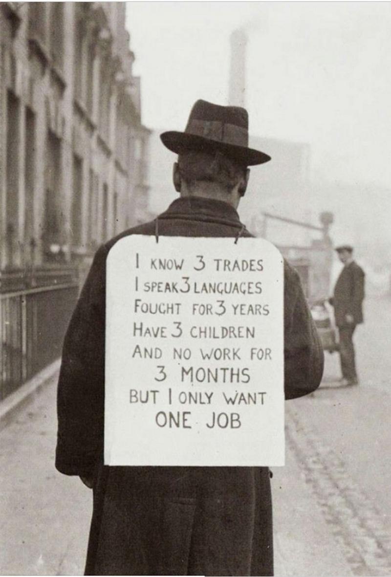 Человек в поисках работы во время Великой депрессии. 1930 год.
