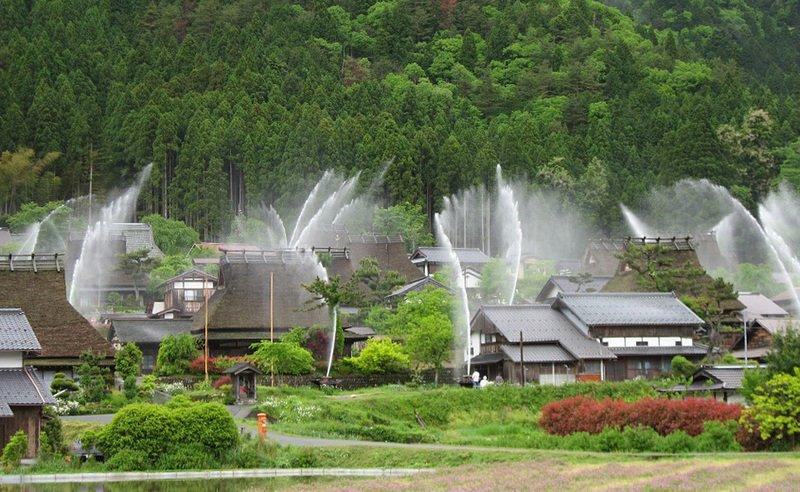 Японская деревушка как фонтан во время включения системы пожаротушения (2 видео + 3 фото)