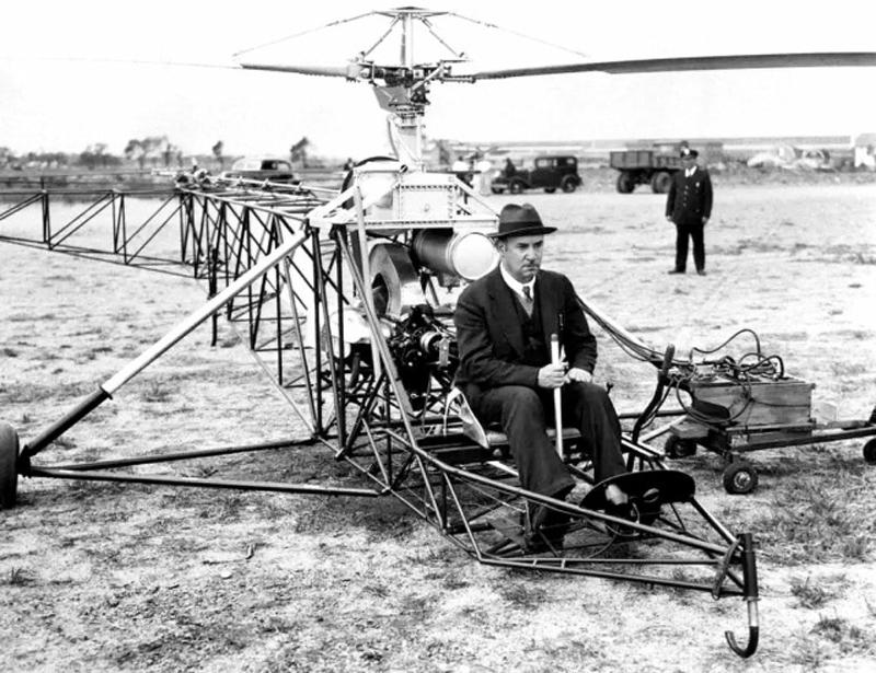 Конструктор Игорь Сикорскиий управляет своим первым вертолётом, США, 1939 год