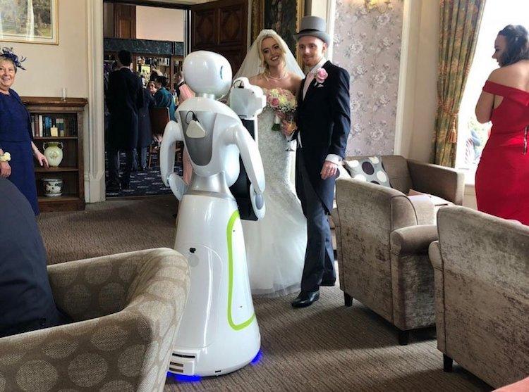 Фотограф-робот был нанят на свадьбе в Англии