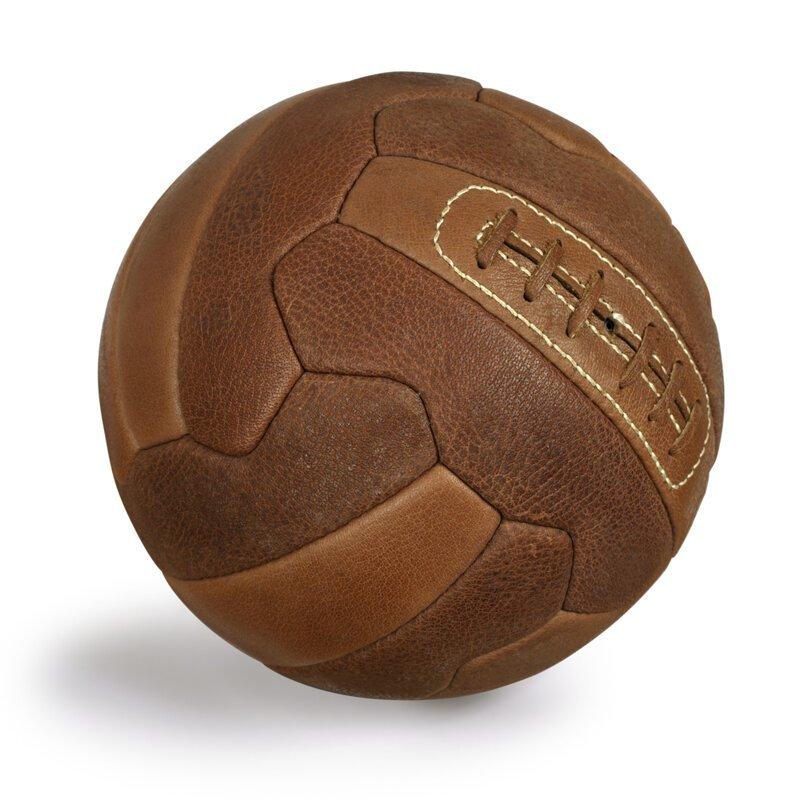 Знаете почему футбольный мяч черно-белый?
