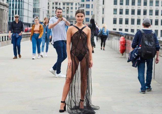 Как это прогуляться по центру Лондона в прозрачном платье (13 фото)