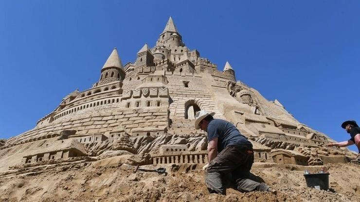 В Германии построили самый высокий в мире замок из песка (8 фото)