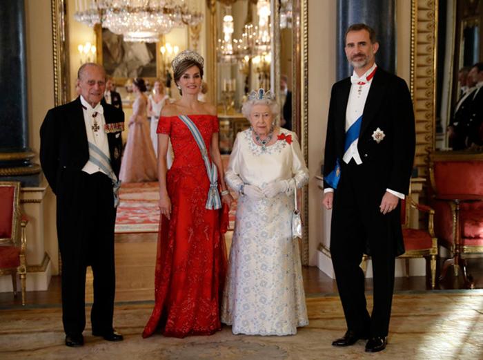 Запреты на встрече с королевой Великобритании (8 фото)