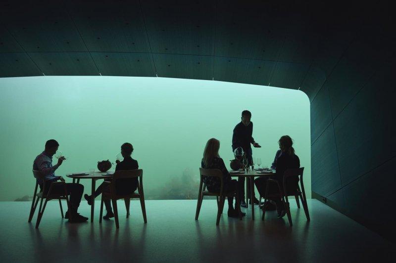 Ресторан на дне моря в Норвегии (24 фото)