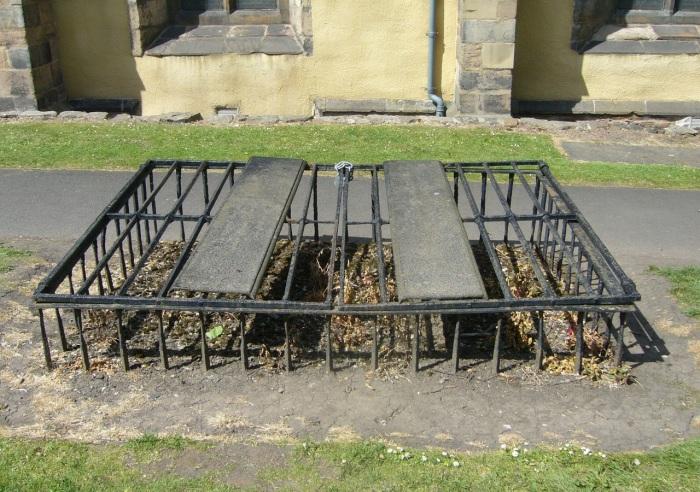 Зачем на кладбищах Англии ранее ставили клетки над могилами