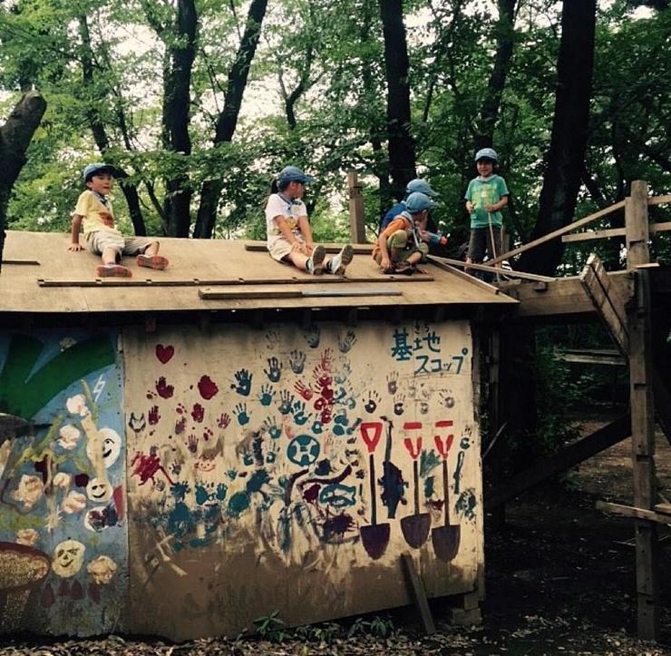 Японский парк, где дети играют с ножами и молотками, жгут костры и прыгают с крыш  (25 фото)