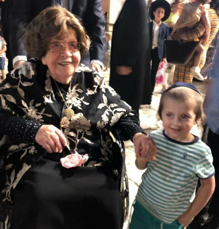 104-летняя бабушка собрала у Стены Плача в Иерусалиме 400 своих внуков и правнуков (4 фото)