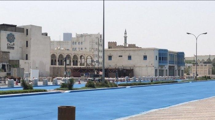 Почему в Катаре красят асфальт в голубой цвет?
