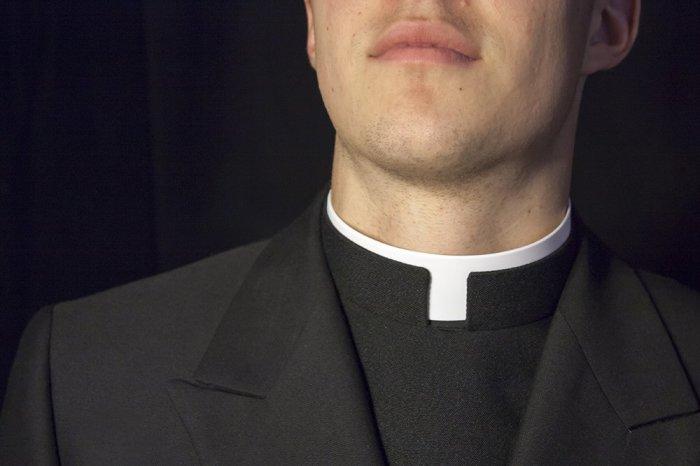 Зачем католическим священникам белый воротничок