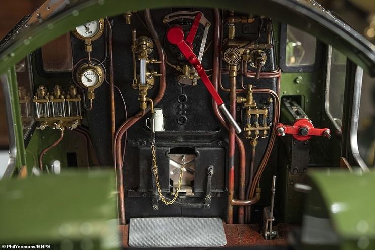 Действующий модель паровоза 20-х годов прошлого века выставлена на продажу за 99.000$ (10 фото)