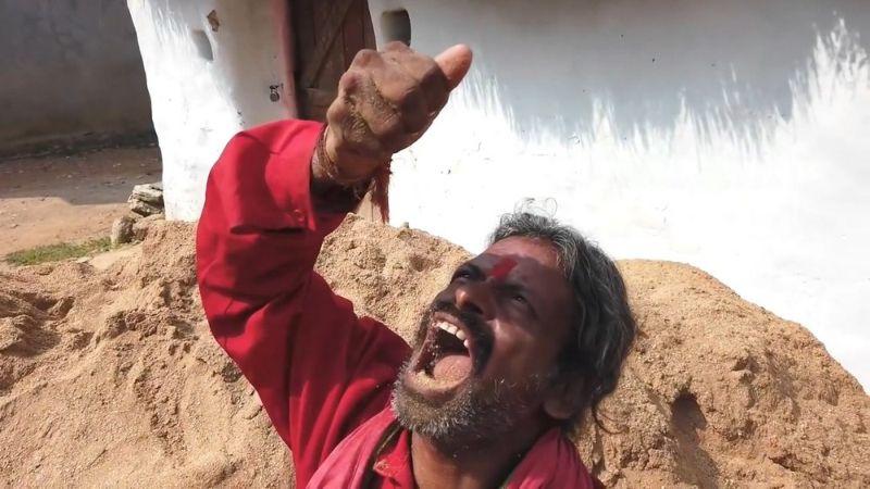 Индиец съедает по несколько килограмм земли в день (10 фото)