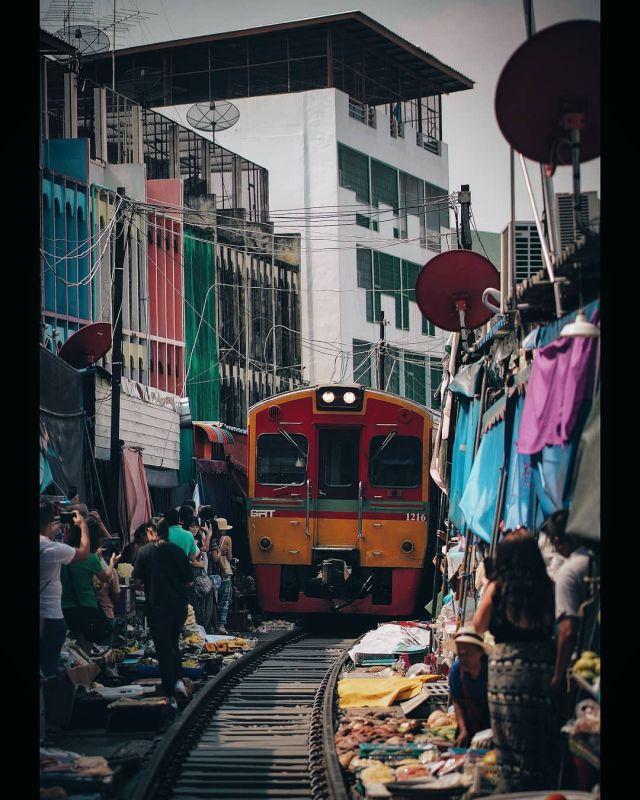 Меклонг - удивительный рынок в Таиланде, сквозь который проходит поезд (10 фото + 2 видео)