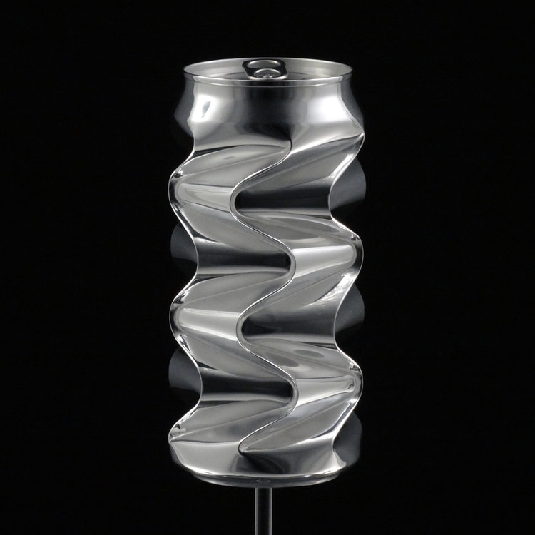Художник делает из алюминиевых банок скульптуры за тысячи долларов