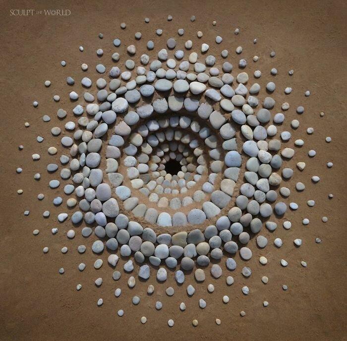 Потрясающие работы из камней на пляже (28 фото)