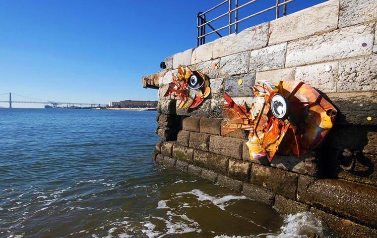 Потрясающий стрит-арт из мусора (18 фото)
