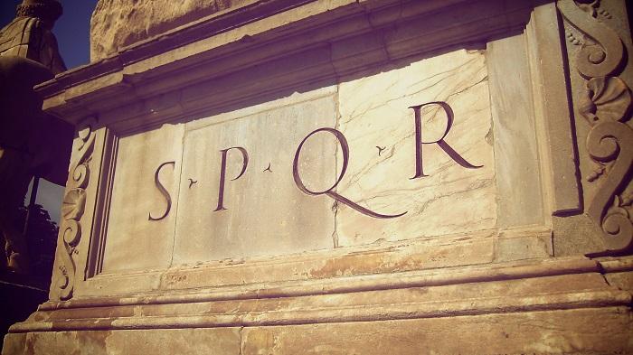 Почему повсюду у древних римлян красовалась аббревиатура «S.P.Q.R.» и что она означала