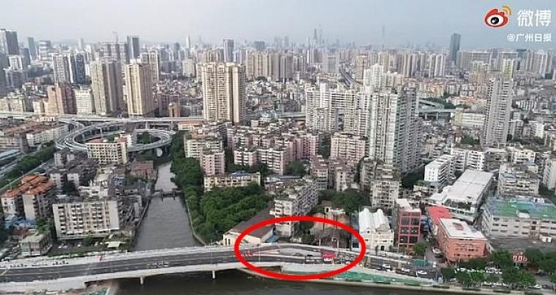 В Китае построили дорогу в объезд дома, хозяин которого в течение 10 лет отказывался переезжать