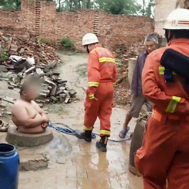 120-килограммовый житель Китая застрял в колодце (2 фото)