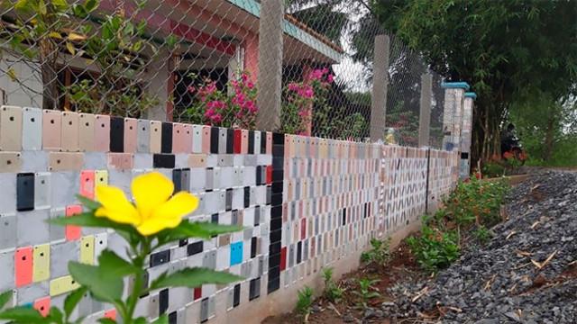 """Вьетнамец облицевал забор своего дома старыми """"айфонами"""" (6 фото)"""